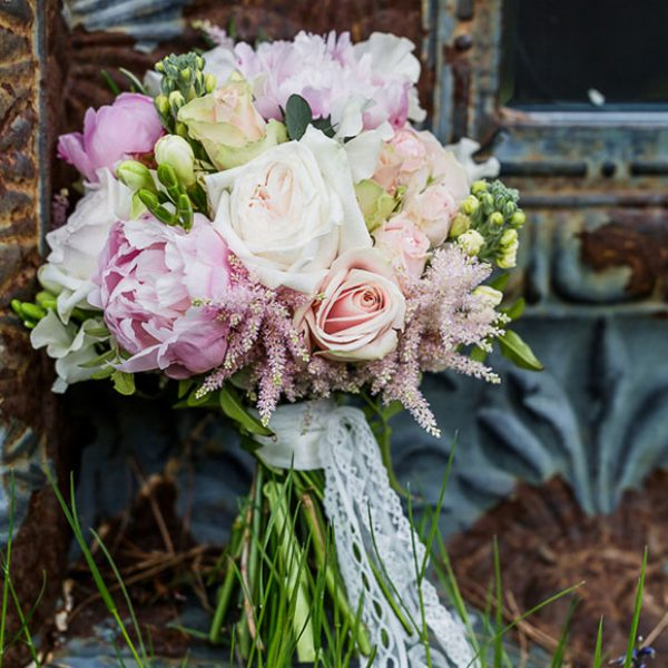 Pretty pink and peach bouquet for a barn wedding ceremony