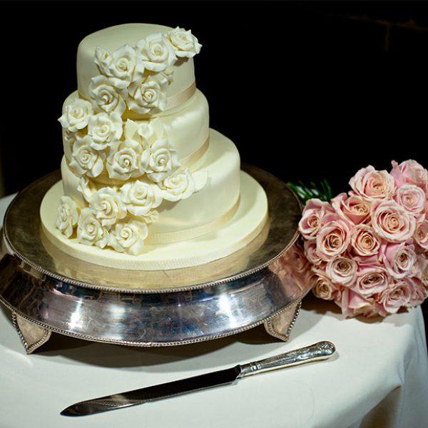 Wedding cake and pink roses – wedding barns Essex