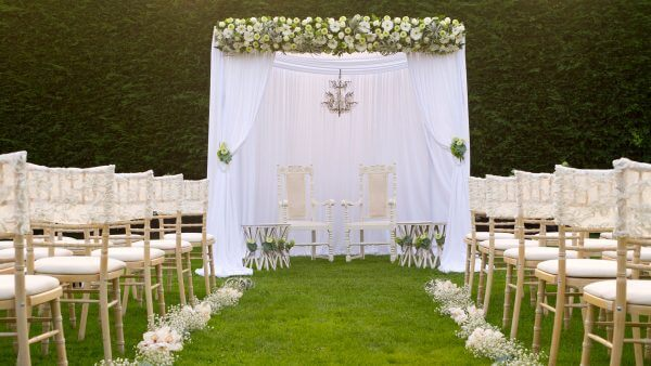Stunning white wedding with white flowers and gypsophila - wedding ideas